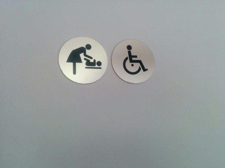 Incluso cuando los cambiadores están en el WC de minusválidos... Las que los usan son mujeres, claro.