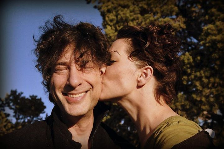 Amanda Palmer kisses Neil Gailman
