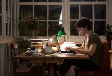 Imagen en la que la protagonista de la película, María, escribe su novela