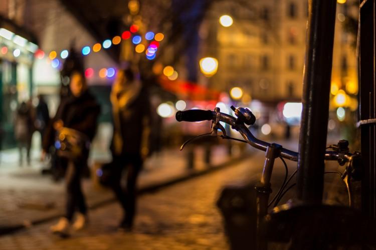 Dos personas pasean por la noche