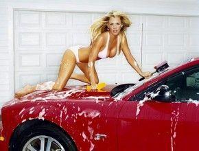 Chica en Bikini Lavando Coche