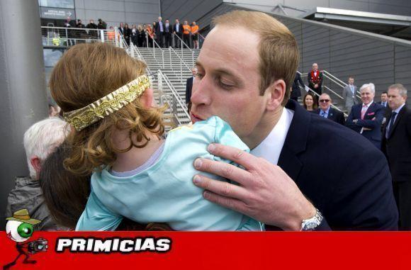 Niña rechaza beso de Príncipe Guillermo