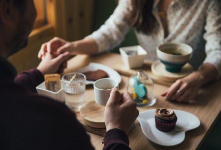 Imagen de una pareja en un restaurante