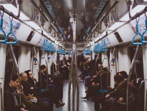 Un grupo de personas que viajan en metro