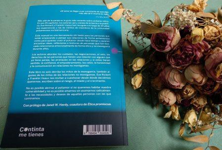 """Contraportada del libro """"Más allá de la pareja"""""""