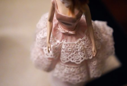 Imagen del vestido rosa de una muñeca.